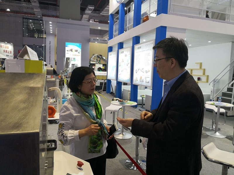 Prof. He Yadong from Beijing University of Chemical Technology introduced LFT-G long fiber infiltration granulation line for President Su.